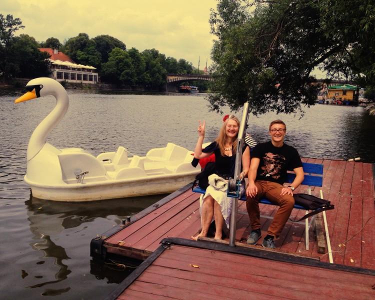 Karla und Lenno neben unserem Schwanenboot :)